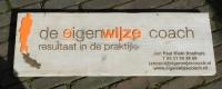 houten naambord: logo gegraveerd in combinatie met oranje perspex