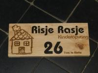 houten naambord: logo gegraveerd in combinatie met zilver kunststof letters